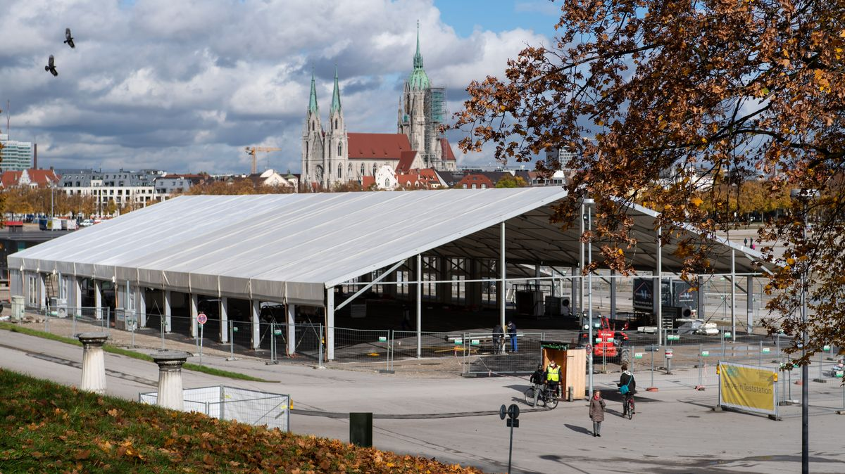 Arbeiter bauen auf der Münchner Theresienwiese Ende Oktober ein großes Zelt auf für die Corona-Teststation dort.
