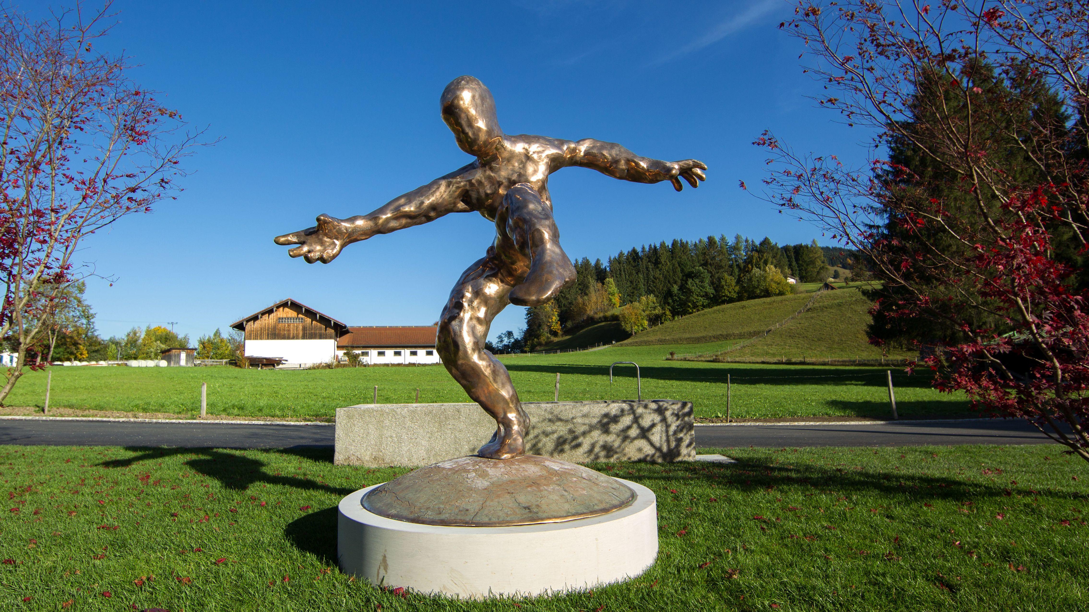Skulptur auf dem Gelände.