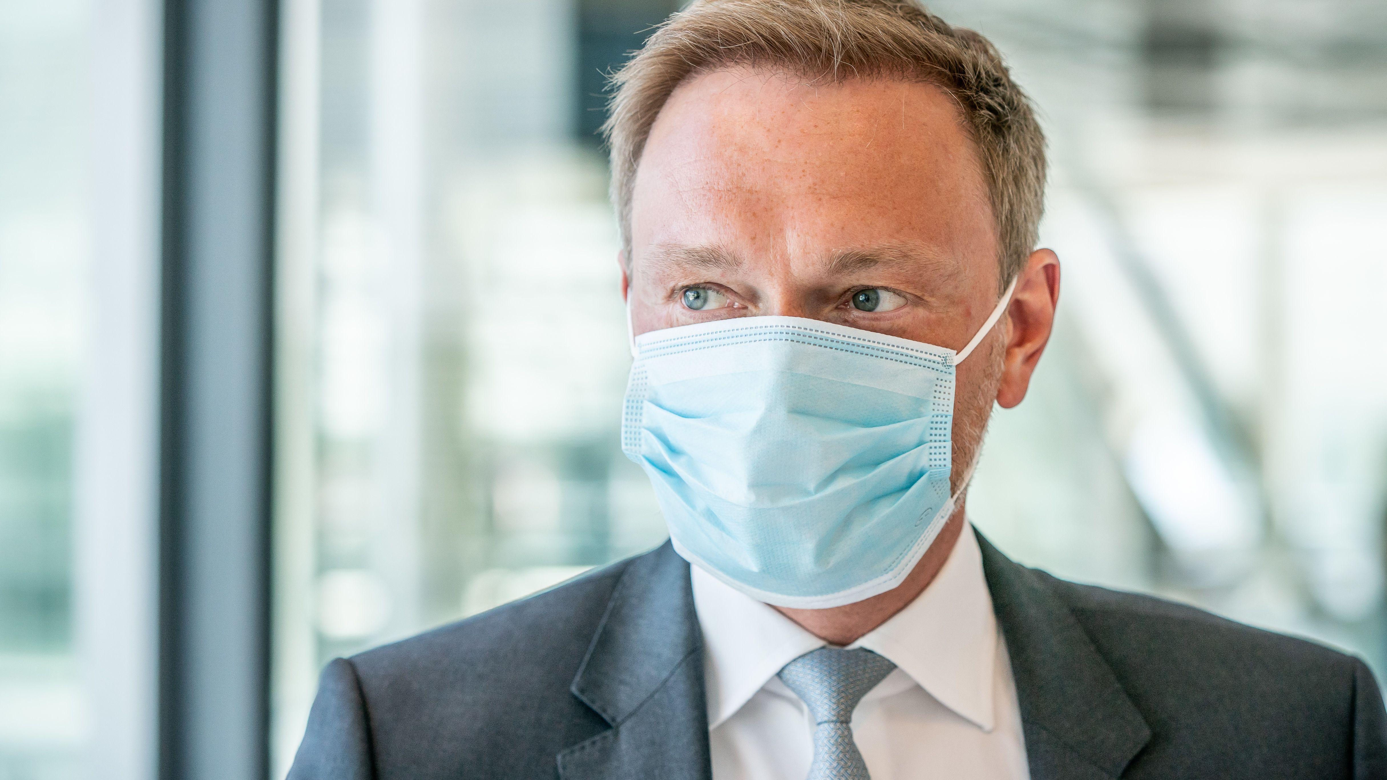 FDP-Vorsitzender Christian Lindner trägt einen Mundschutz