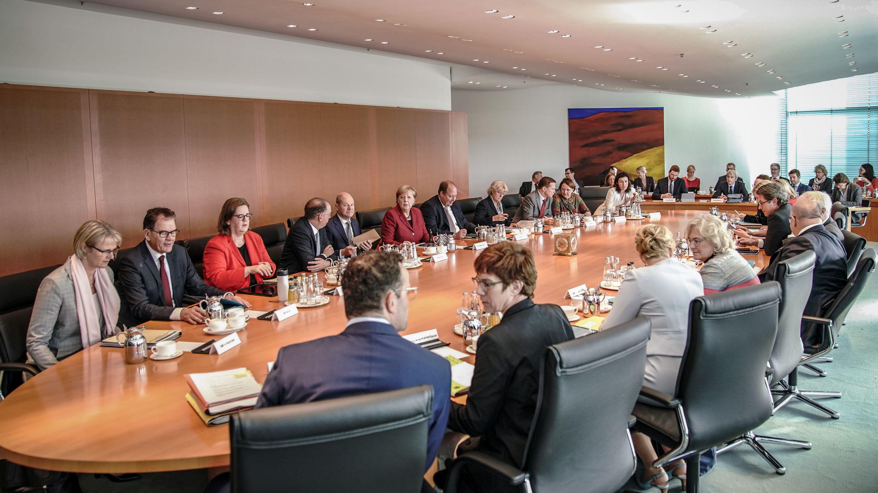 Nach dem Anschlag von Halle nimmt die Bundesregierung Hass im Netz stärker ins Visier. Nun wurden Maßnahmen im Kabinett beschlossen.