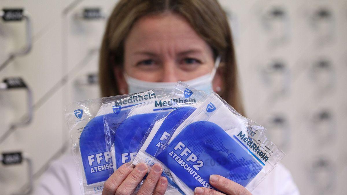 Eine Apothekerin hält aufgefächert mehrere FFP2-Masken in ihren Händen