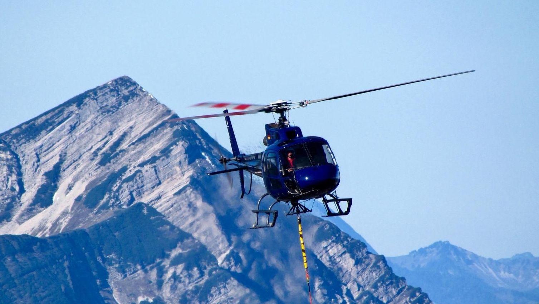 Ein Hubschrauber von HTM Helicopter Travel Munich GmbH im Einsatz.