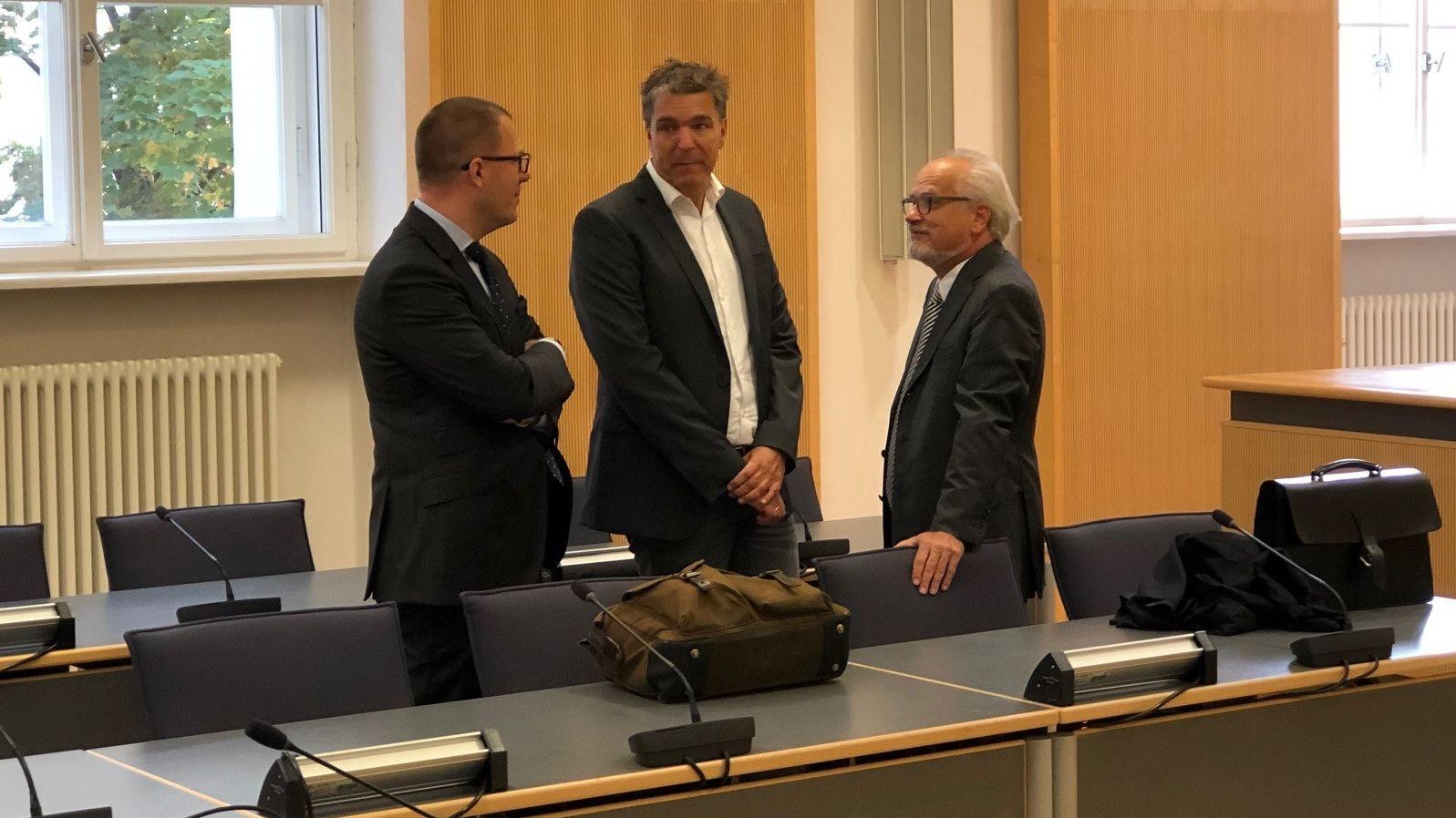 Der angeklagte Ex-Bayern-Ei-Chef Stefan Pohlmann (Mitte) vor Prozessbeginn mit seinen Anwälten.