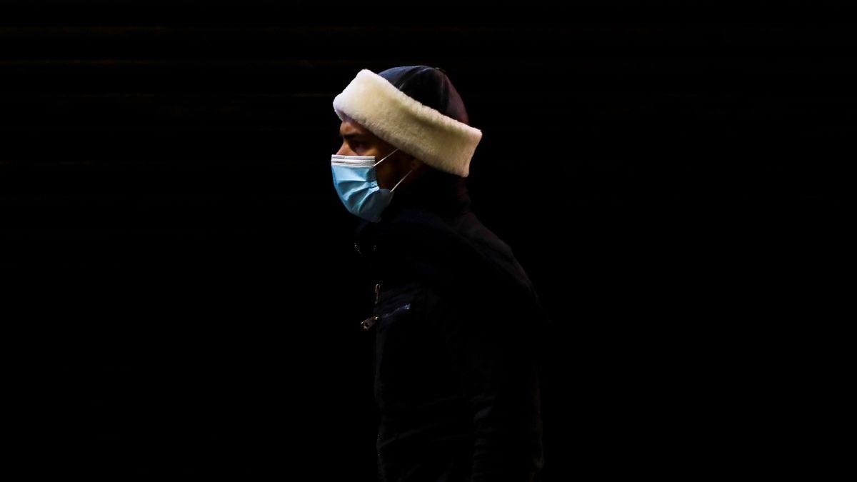 Mann mit Mund-Nasen-Bedeckung in Istanbul, Türkei