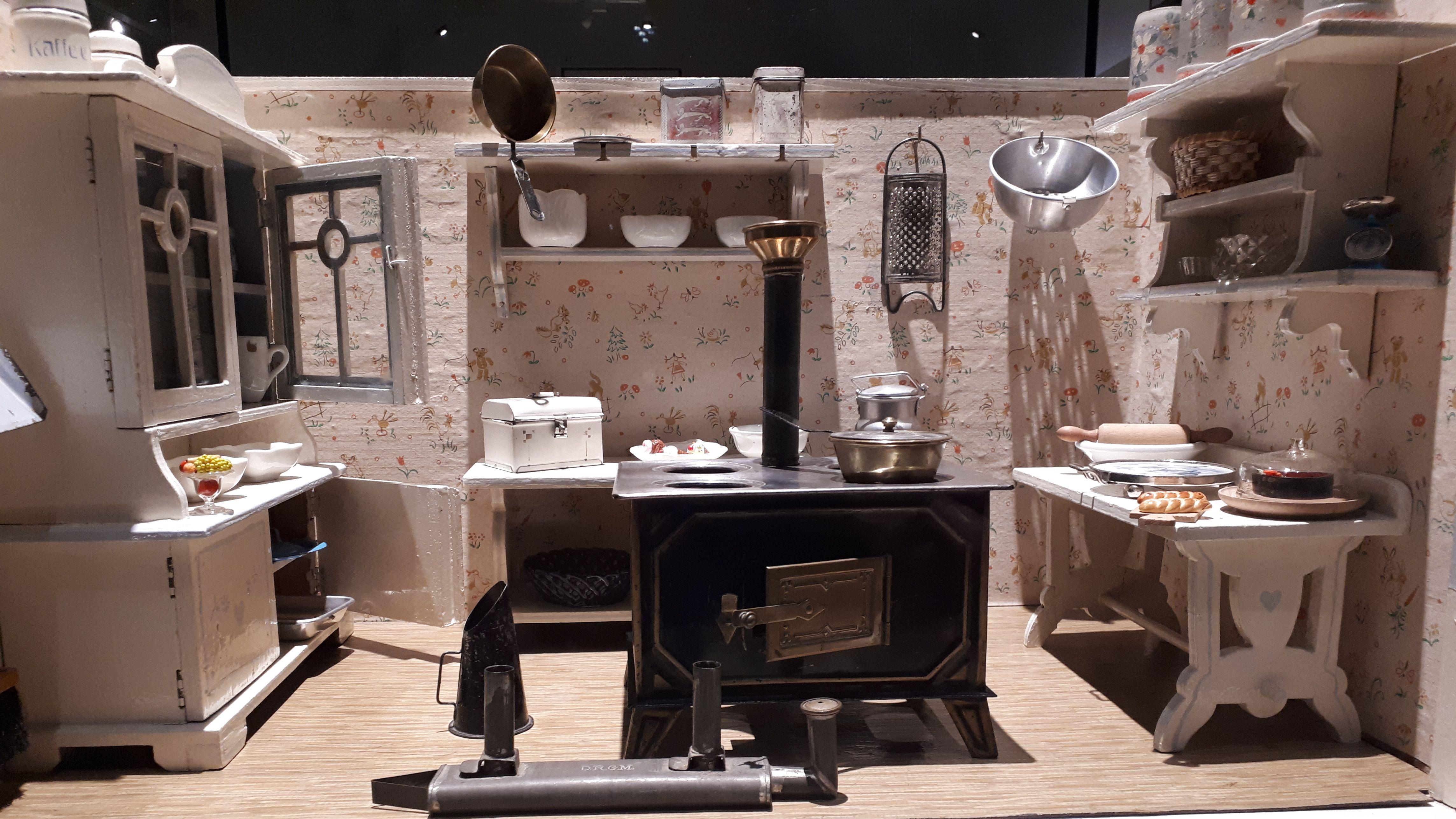 """Miniatur-Küche in der Ausstellung """"Kleine Welten"""""""