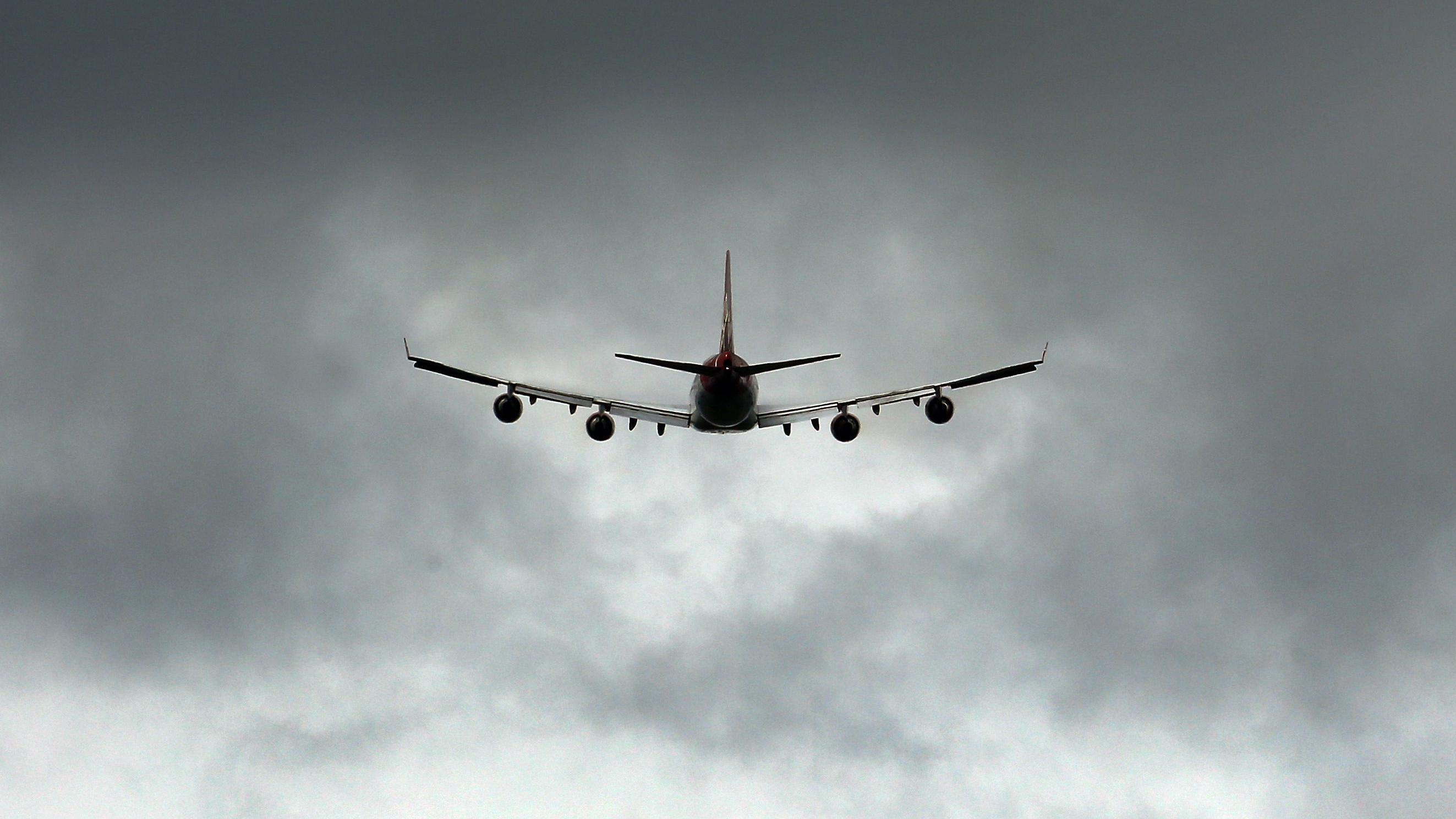 Ein Flugzeug startet am Flughafen Gatwick