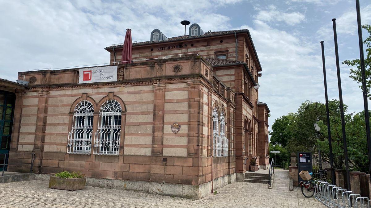 Außenansicht der Bücherei im Bahnhof Veitshöchheim.
