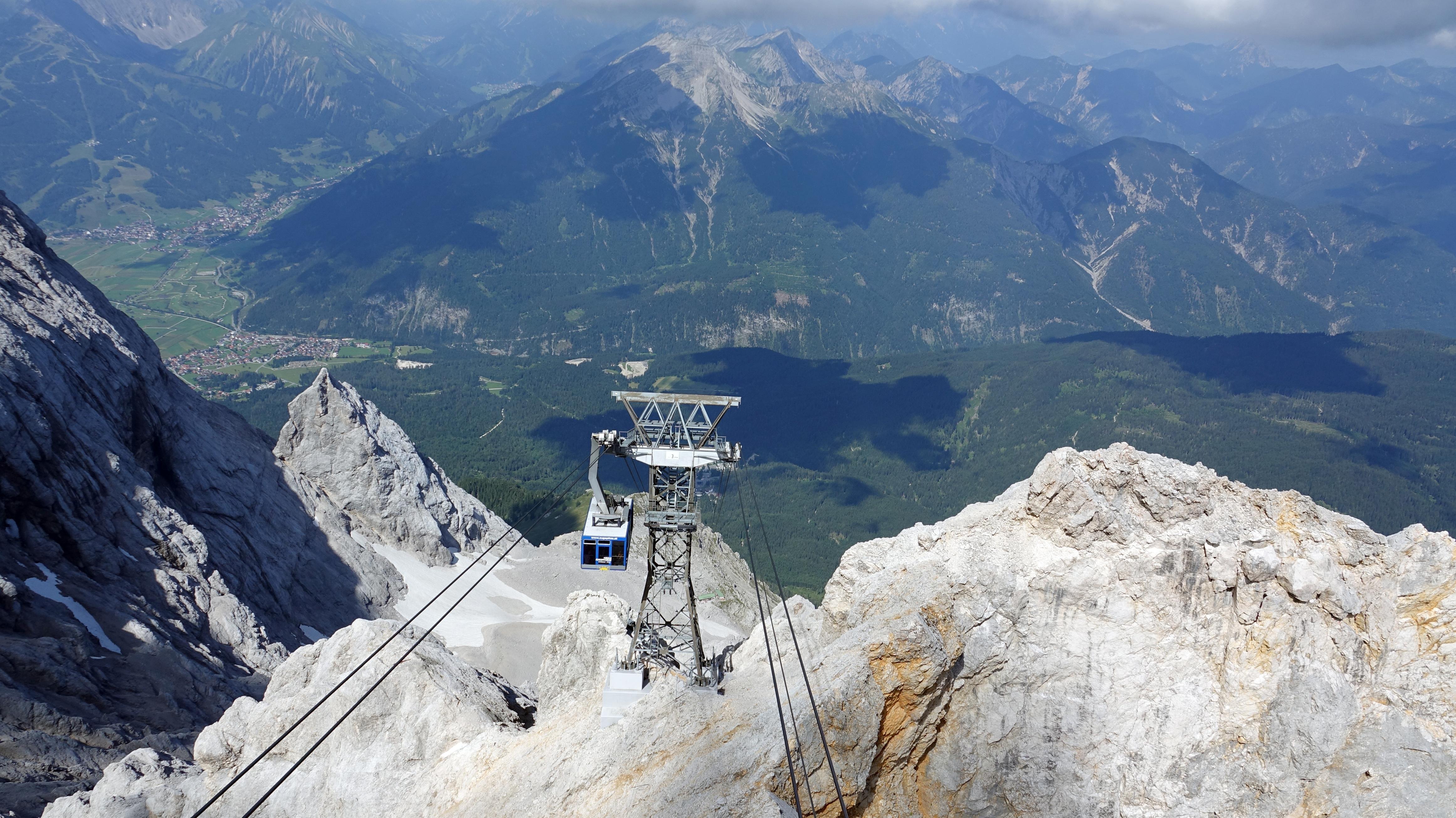 Blick auf einen Stützpfeiler der Tiroler Zugspitzbahn