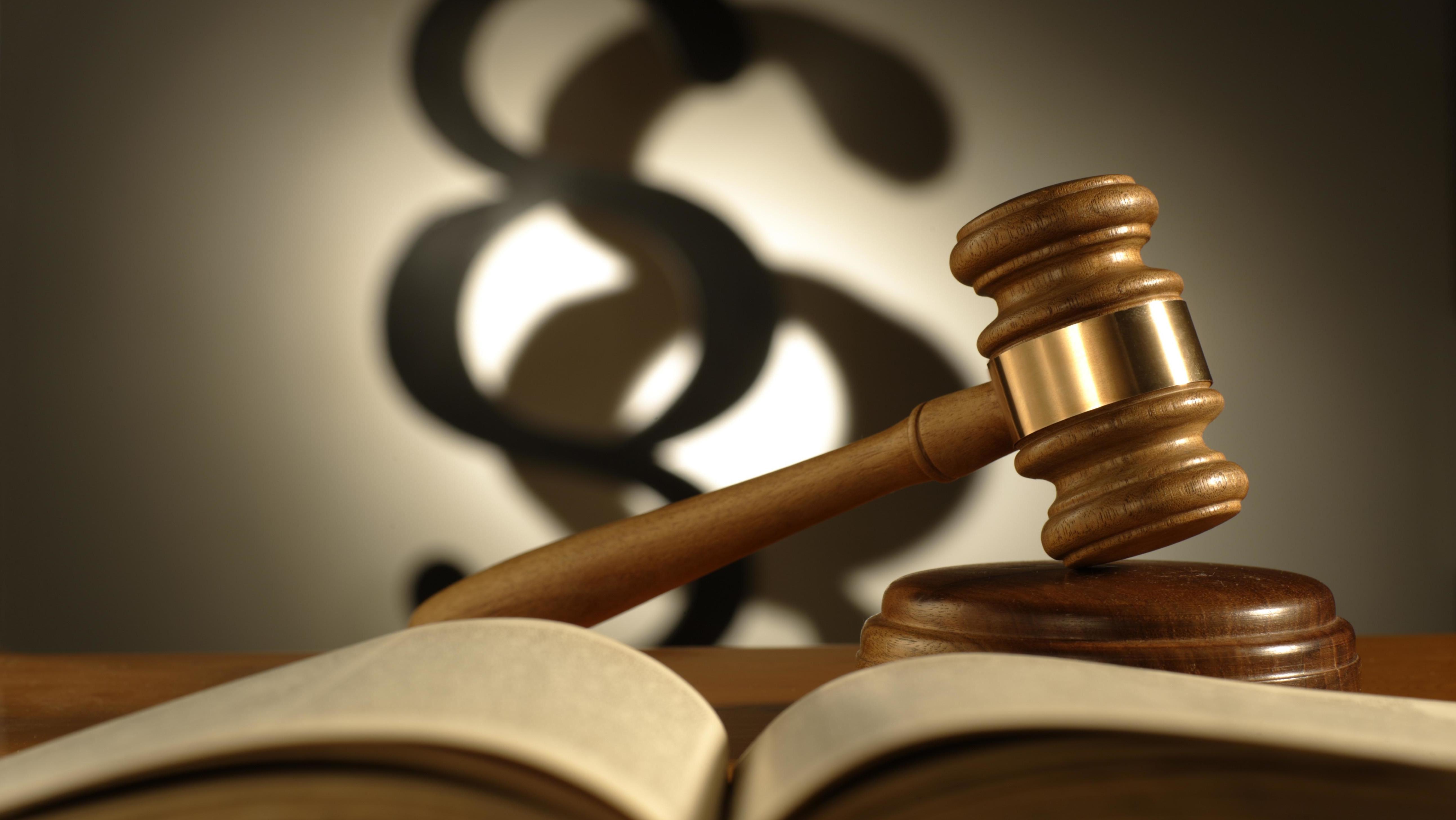 Richterhammer, Gesetzbuch, Paragraphenzeichen