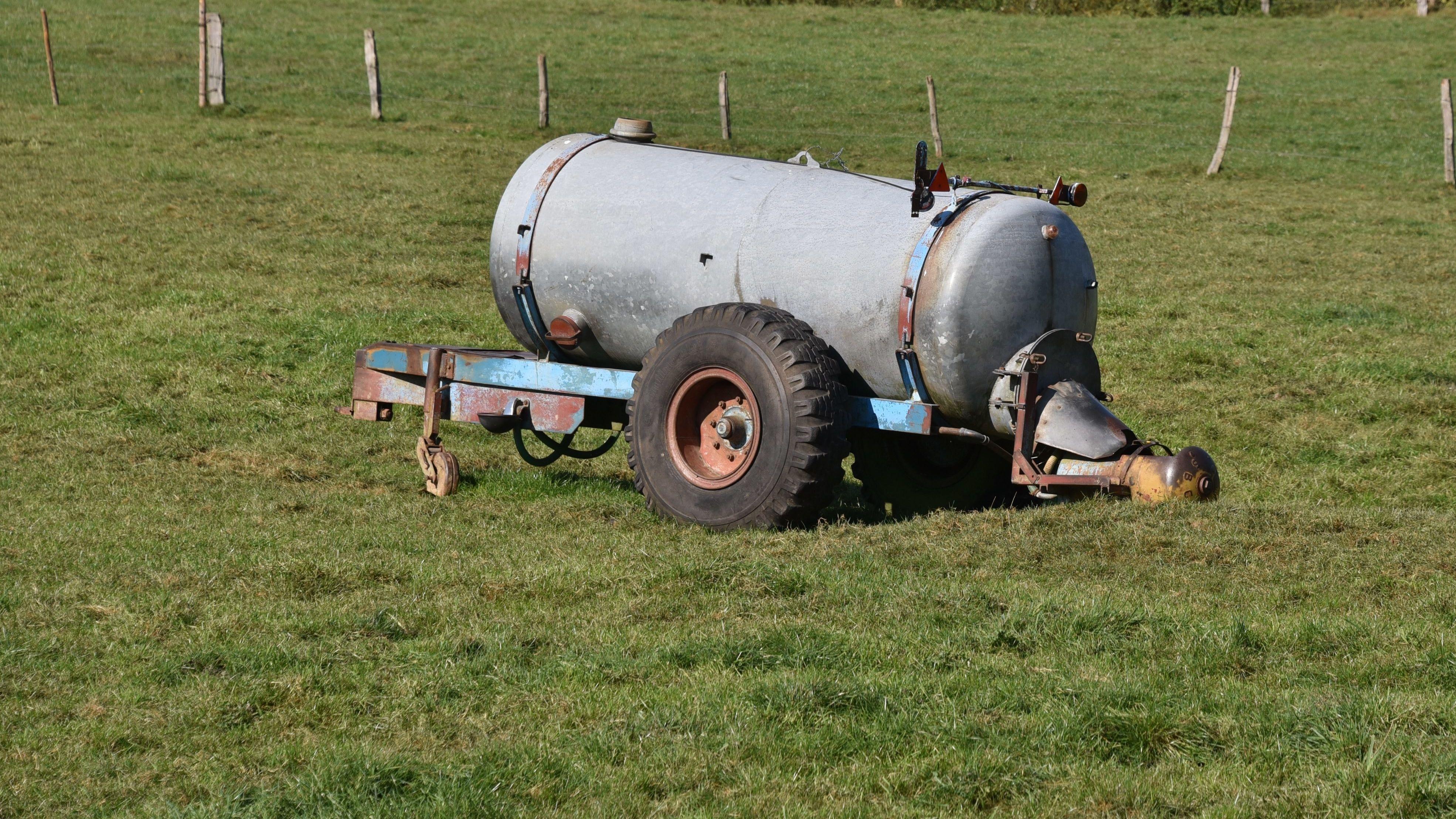 Wegen der Trockenheit haben viele Freiwillige Feuerwehren in Ostbayern die Landwirte gebeten, leere Güllefässer mit Wasser aufzufüllen.