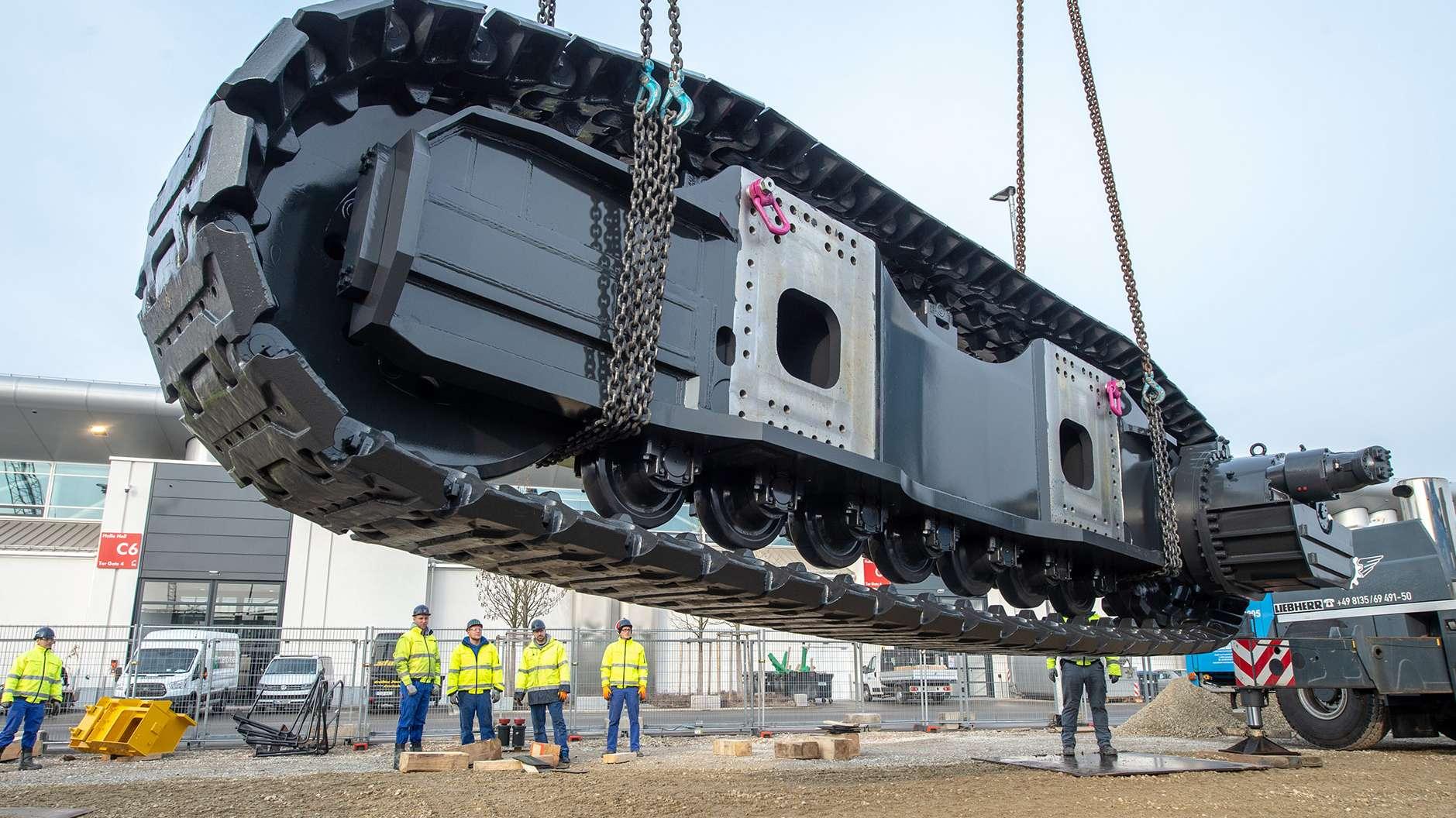 Ankunft der Einzelteile eines der größten Bagger der Welt der Firma Komatsu.
