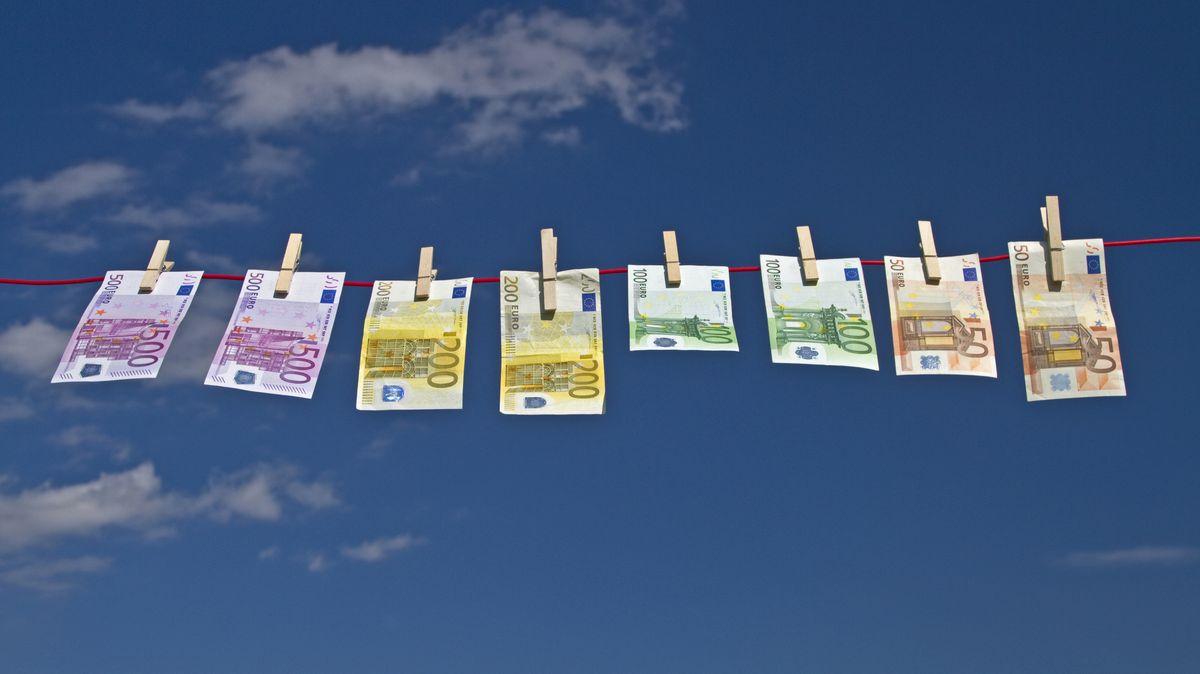 Geldscheine sind - wie nach einer Wäsche - an einer Wäscheleine aufgehängt