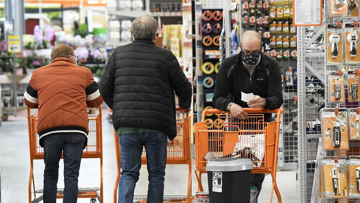 Baumarkt, Mann mit Einkaufswagen.
