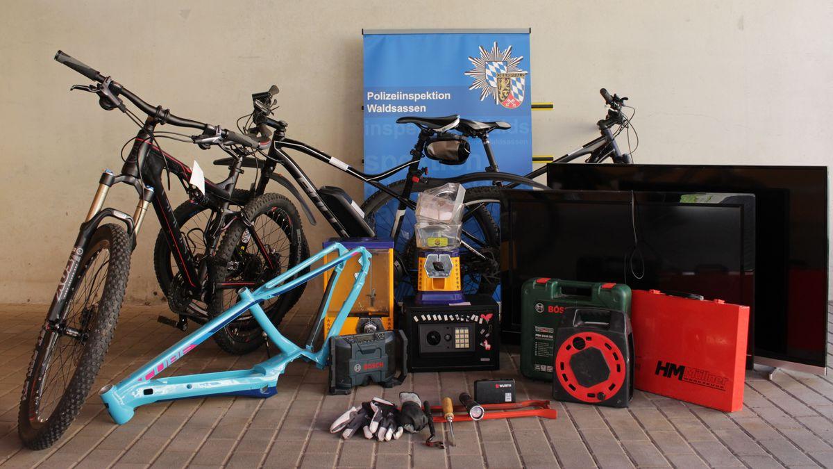 Bei den Durchsuchungen haben die Beamten  Tatwerkzeug, aber auch einige Beutestücke, wie Fahrräder und Flachbildschirme sichergestellt.