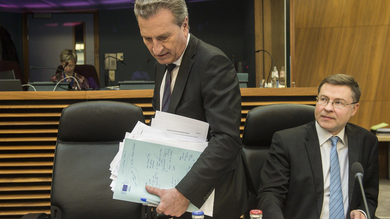 EU-Finanzkommissar Oettinger (l.) und Kommissionsvizepräsident Dombrovskis bei der Vorstellung des Haushaltsentwurfs