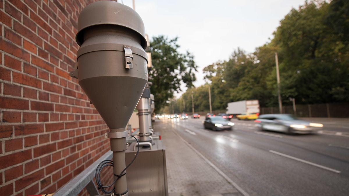 Messstation für Luftqualität an einer Straße in Stuttgart