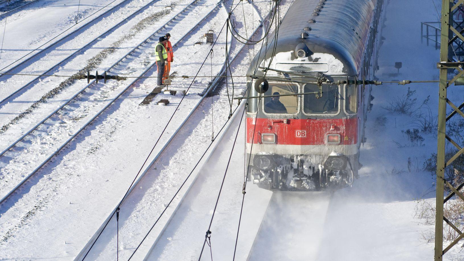 Ein am Triebwagen vereister Zug der Deutschen Bahn im Winter.