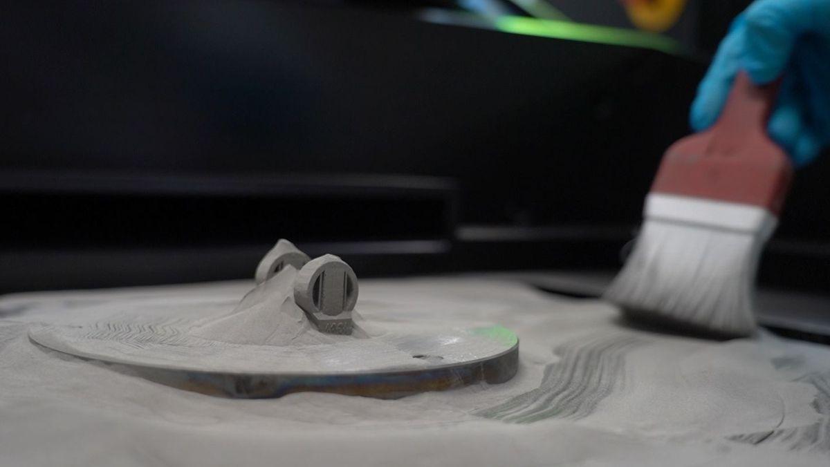 Ein Ring nach dem 3-D-Druck in Metallpulver