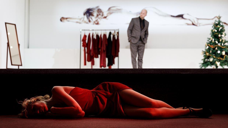 Nackt und hingestreckt - Frauen- und Bühnenbild in Kriegenburgs Inszenierung