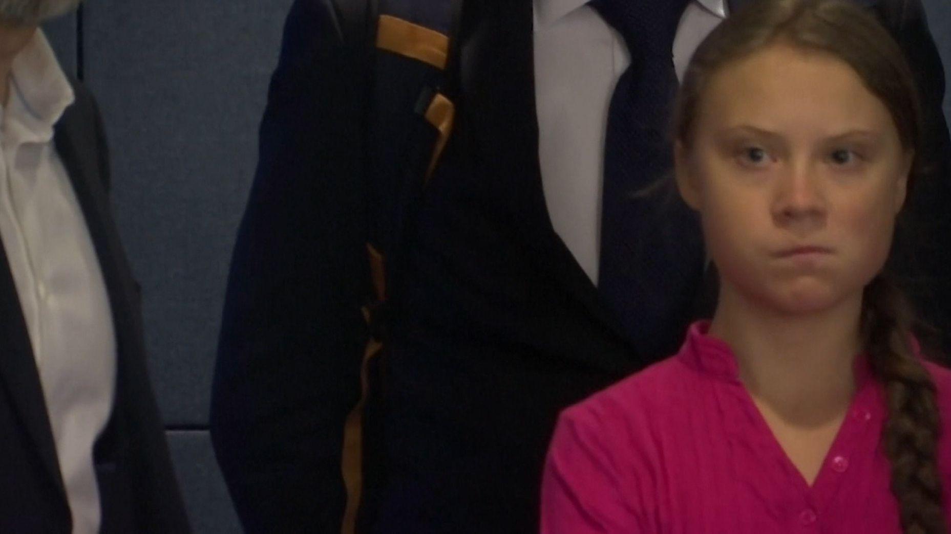 Ein kurzer ungeplanter gemeinsamer Moment von Klimaaktivistin Greta Thunberg und US-Präsident Trump auf dem UN-Klimatgipfel in New York sorgt im Netz für Furore. Als Trump Thunberg auf einem Gang passiert, kassiert er bitterböse Blicke...