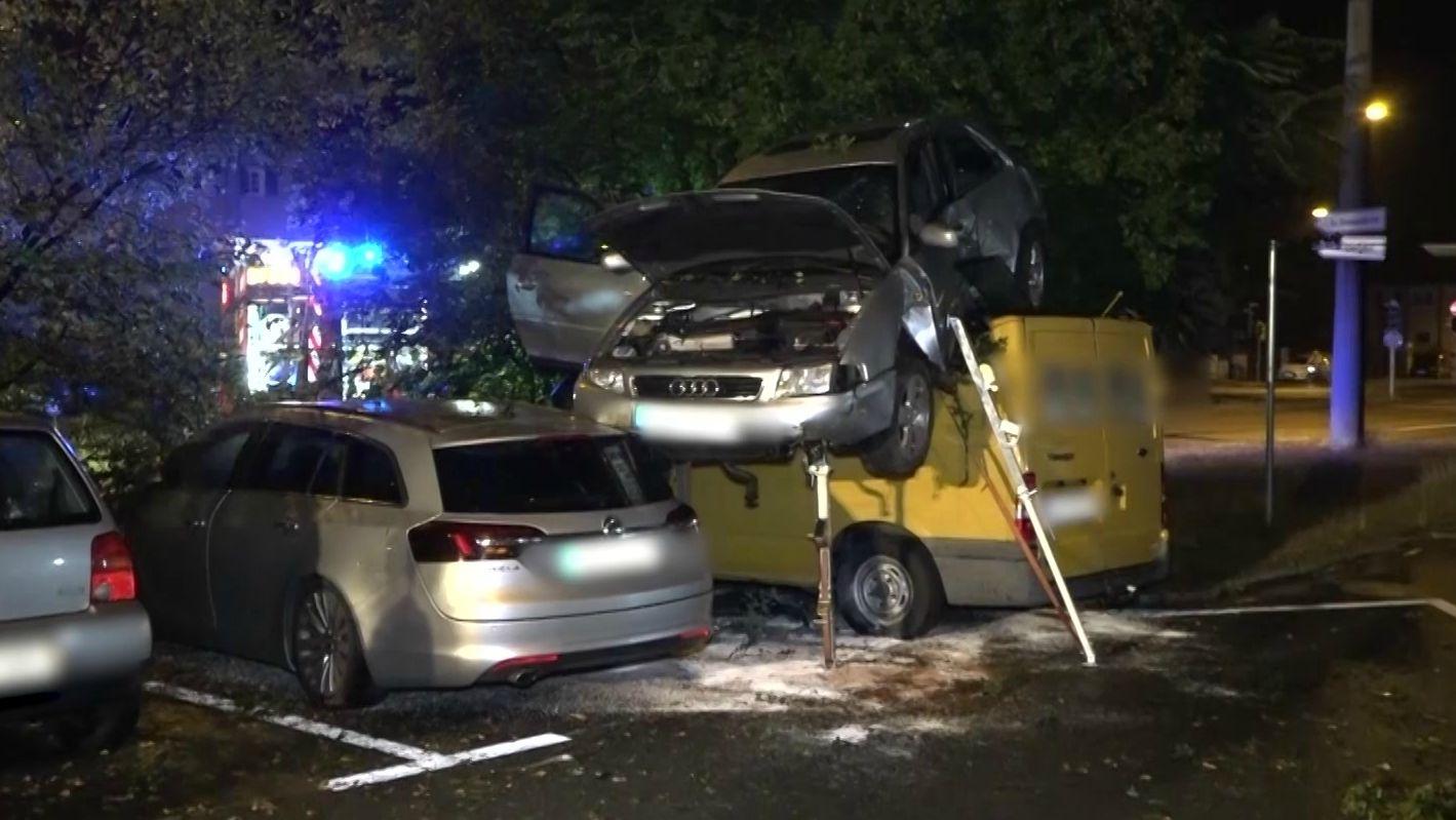 Ein 21-Jähriger landete mit seinem Audi auf einem parkenden Kleintransporter.