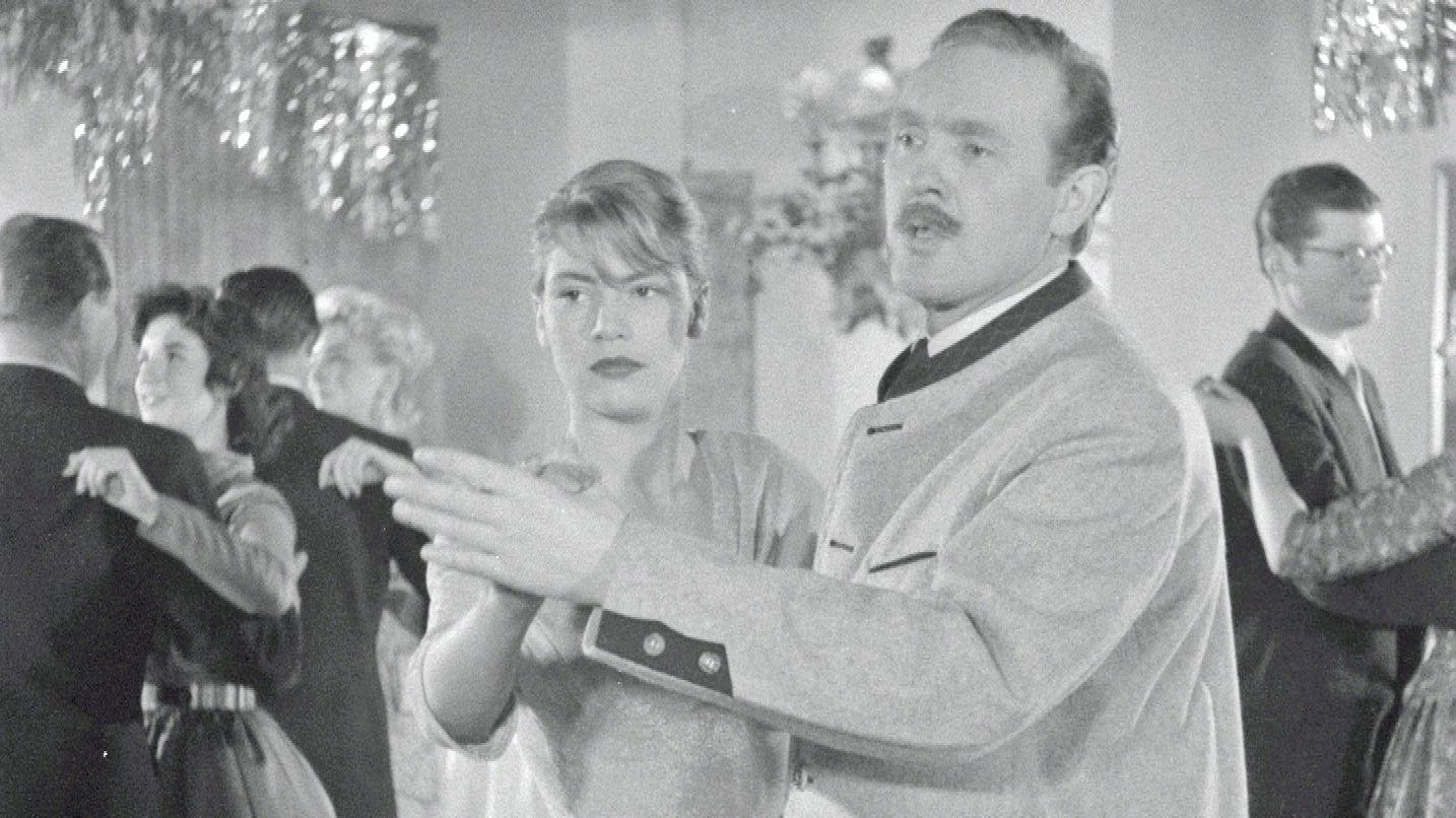 """Schauspieler Fred Kraus drehte unter Regisseur Ernst Schmucker 1957 das """"Kursbuch der Höflichkeit""""."""