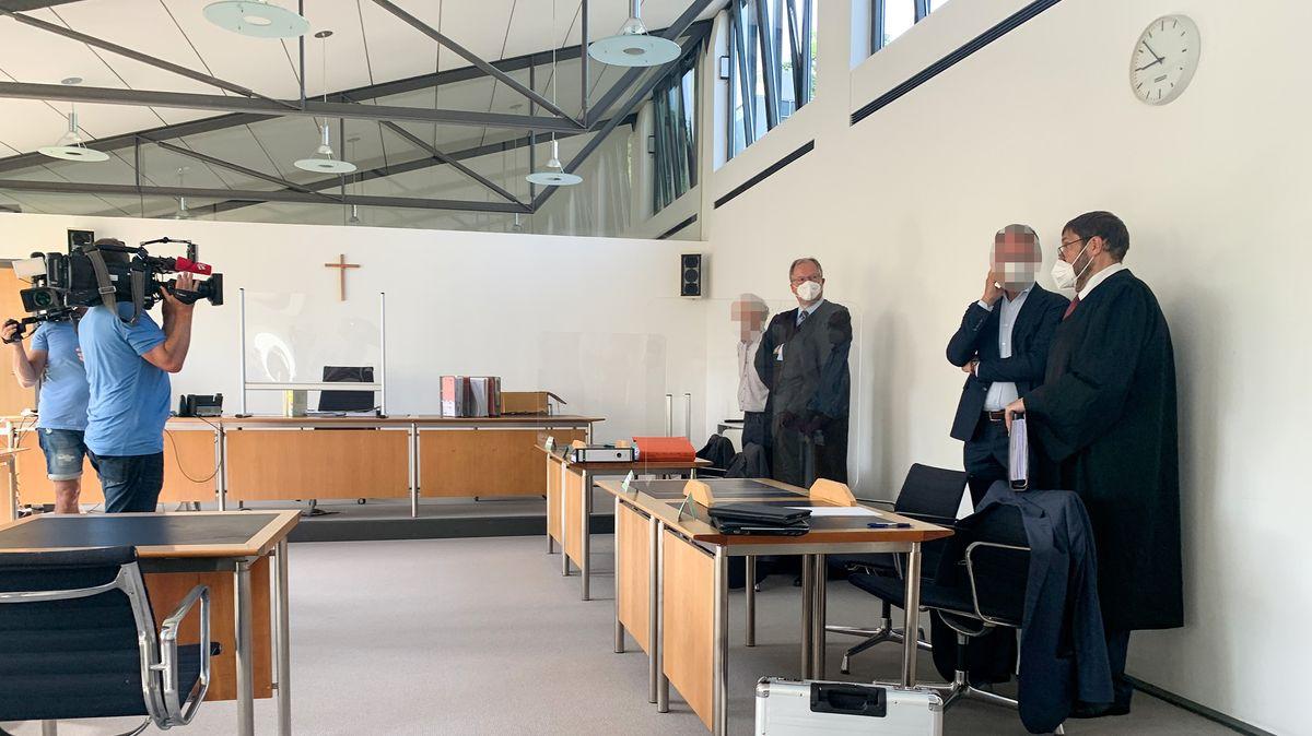 Die beiden Angeklagten mit ihren Verteidigern im Gerichtssaal.