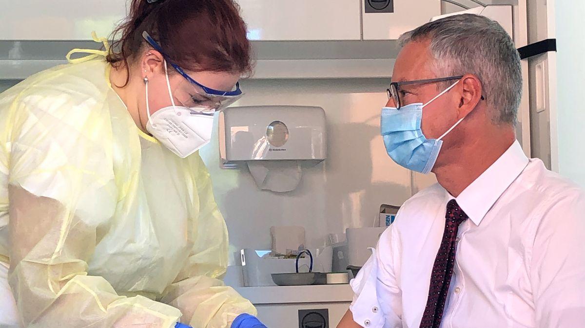 Der Oberbürgermeister von Straubing, Markus Pannermayr, lässt sich eine Blutprobe entnehmen