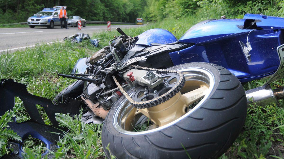 Ein Motorrad liegt nach schwerem Verkehrsunfall auf dem Boden.