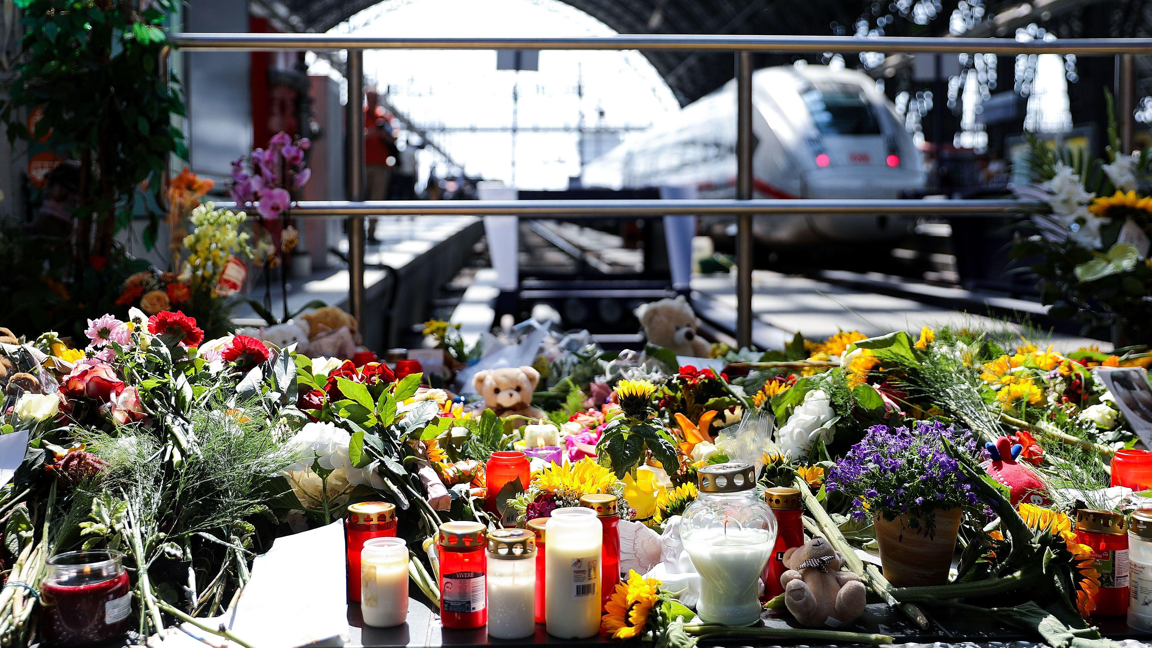 Blumen, Kerzen und Kuscheltiere erinnern an die Attacke auf einen Jungen und seine Mutter am Frankfurter Hauptbahnhof