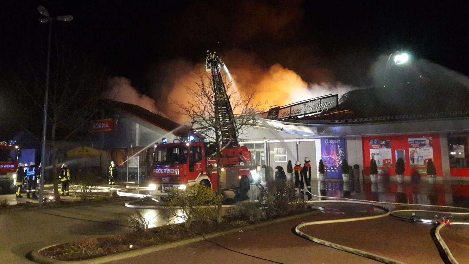Feuerwehrfahrzeuge und Einsatzkräfte vor der Norma-Filiale in Bechhofen