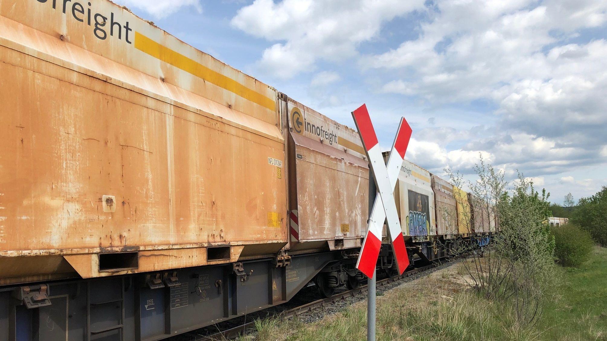 Güterzug auf der reaktivierten Strecke bei Wilburgstetten