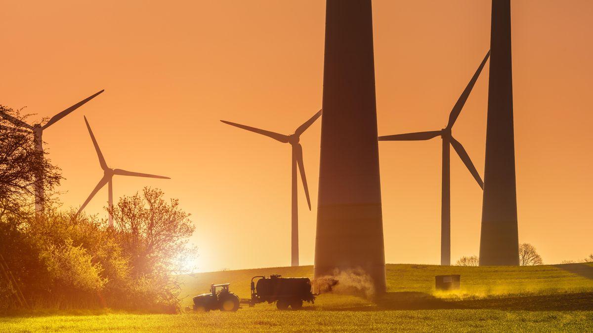 Symbolbild: riesige Windräder auf einem Feld