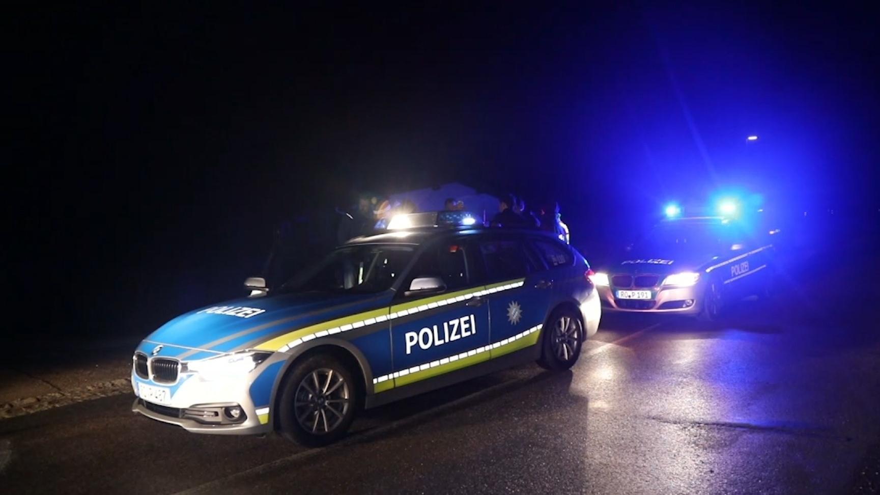 Ein Unbekannter hat sich auf der A8 im Landkreis Traunstein eine Verfolgungsfahrt mit der Polizei geliefert. Um die Beamten abzuschütteln, warf er Metallstifte, sogenannte Krähenfüße, auf die Fahrbahn.