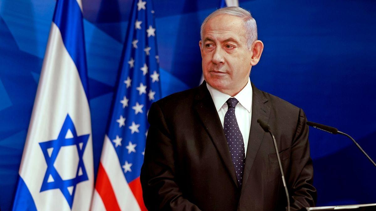 Israels Regierungschef Benjamin Netanjahu vor der israelischen und der US-Flagge