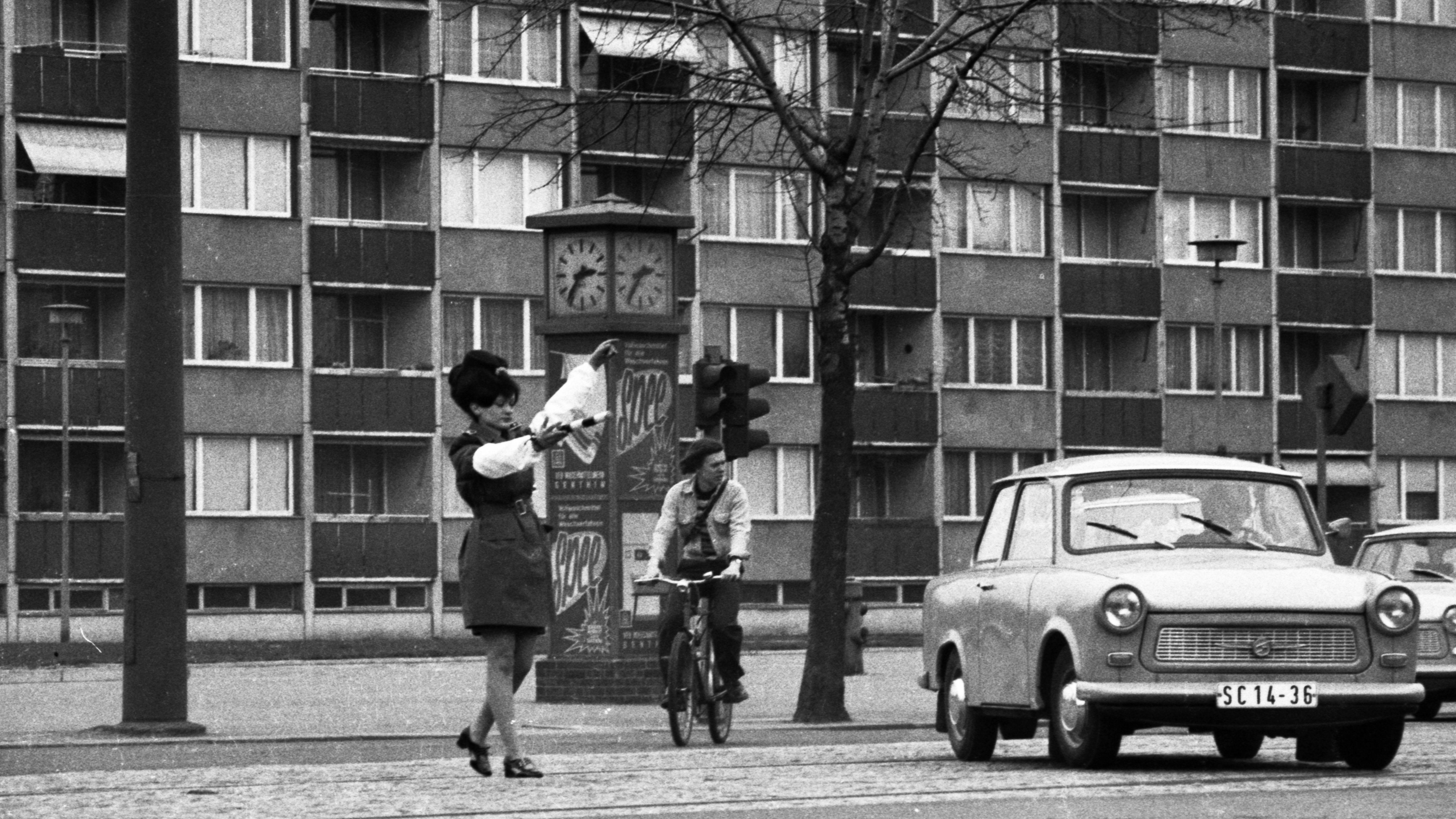 Straßenszene mit Trabbi in Leipzig 1974