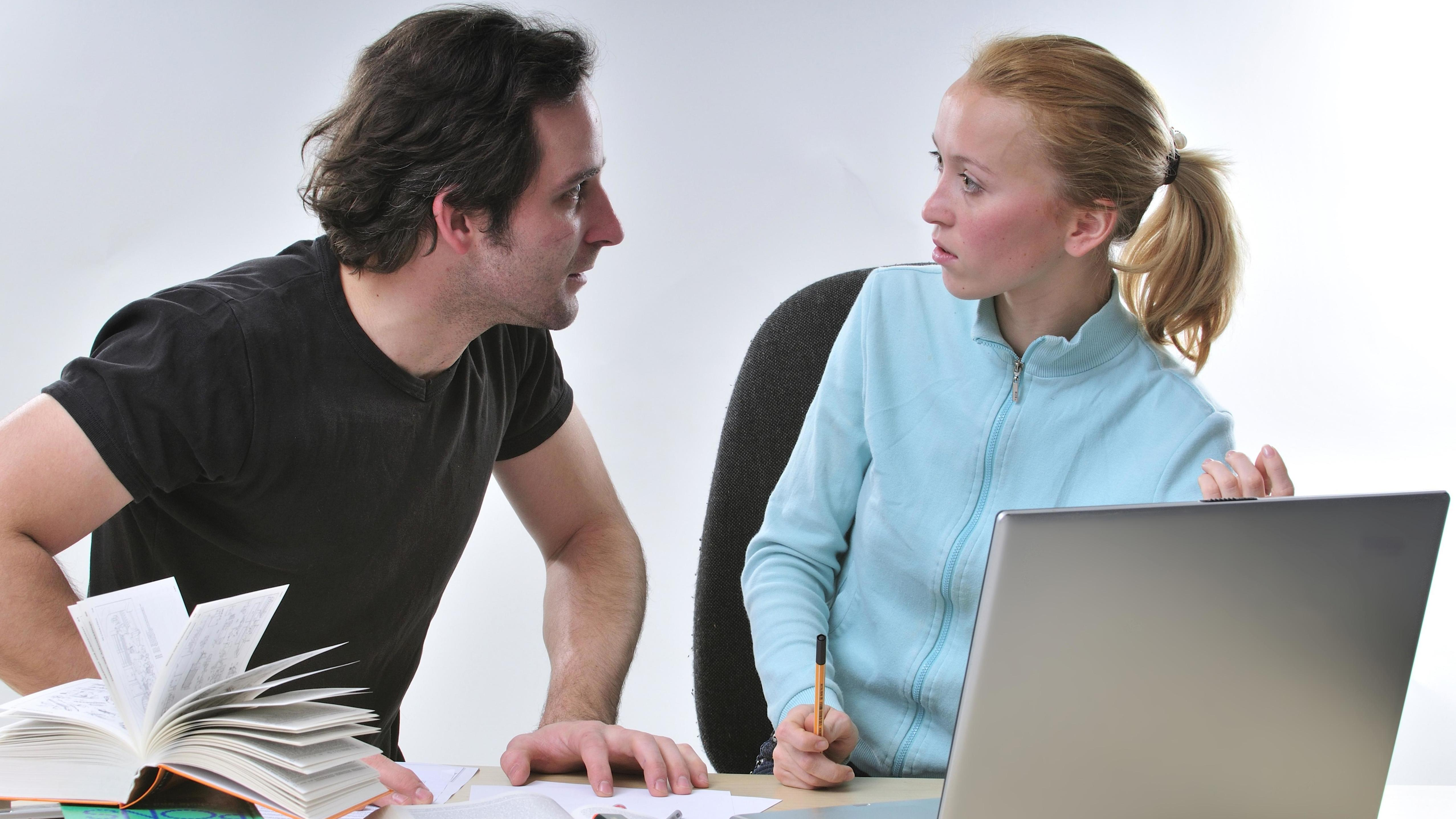 Mann und Frau am Arbeitsplatz