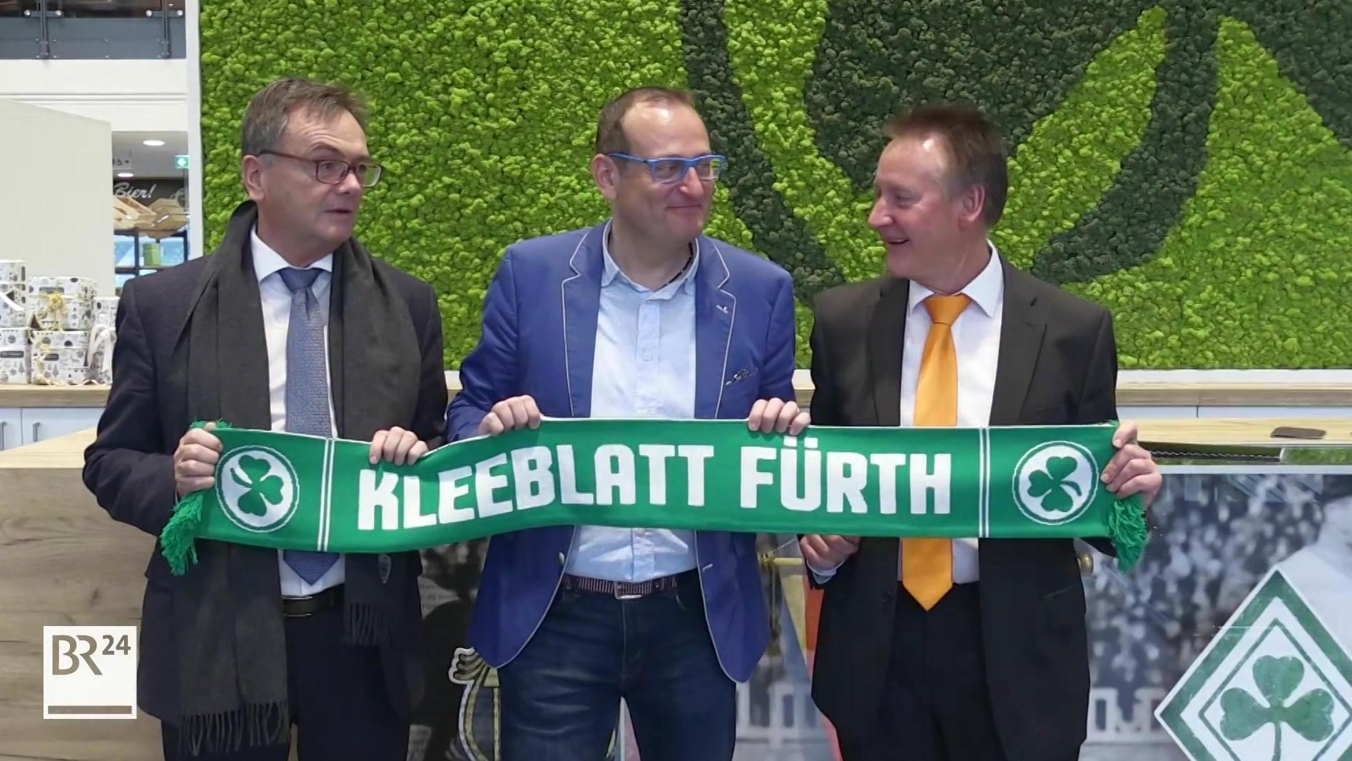 SpVgg Greuther Fürth-Präsident Fred Höfler (li), der neue Vizepräsident Volker Heißmann und Fürths OB Thomas Jung mit Schal der SpVgg.