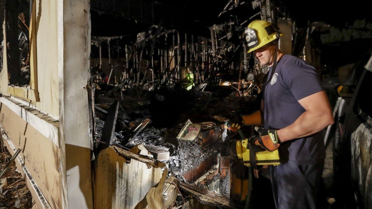 EinFeuerwehrmann begutachtet die Schäden an einem Wohnhaus, das nach einem zweiten heftigen Erdbeben in Kalifornien niedergebrannt ist.