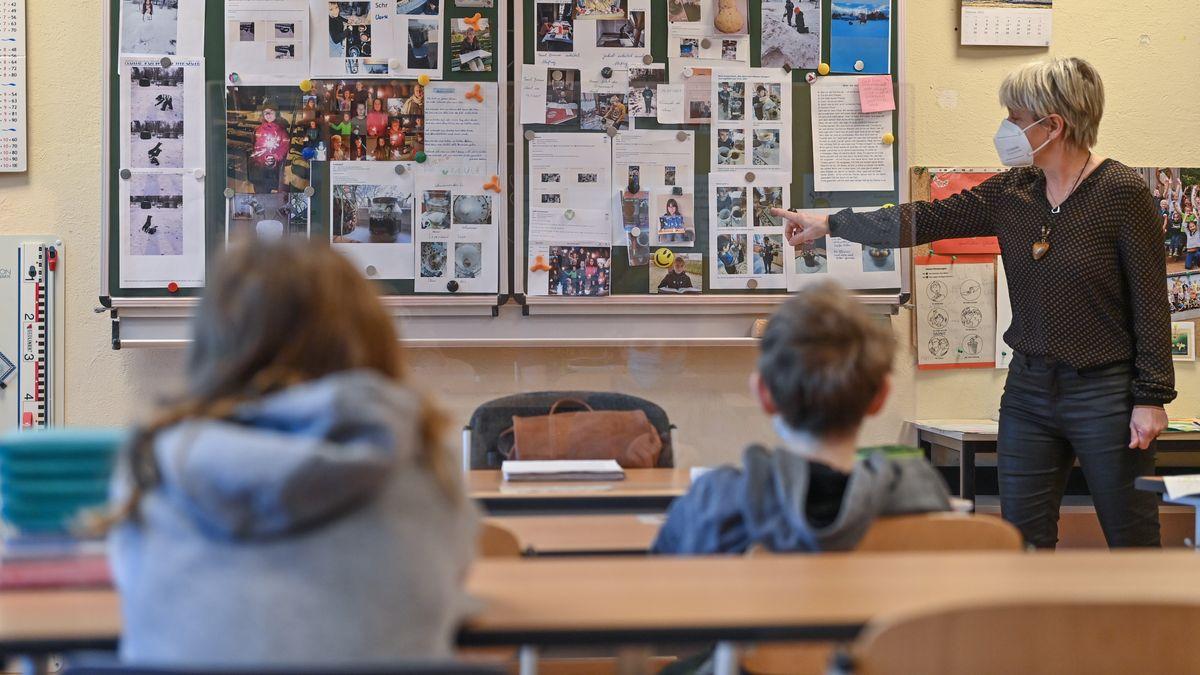 In einer Schule findet Unterricht mit Masken statt.