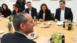 Fünf Tage nach dem Verlust der absoluten Mehrheit in Bayern hat die CSU Koalitionsgespräche mit den Freien Wählern aufgenommen | Bild:Tobias Hase/dpa