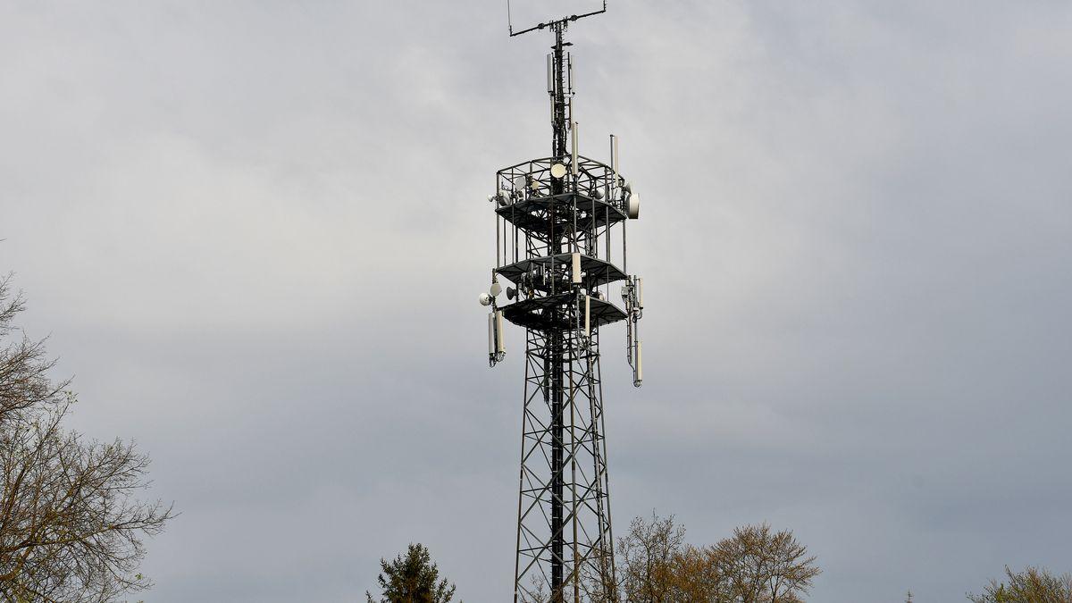 Eine Mobilfunkanlage nahe des Autobahndreiecks Holledau in Oberbayern, aufgenommen am 13.04.2020.