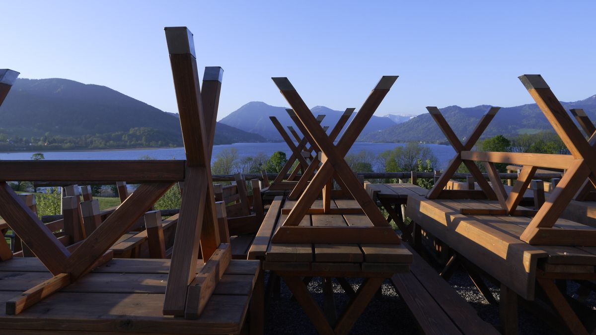 Im Biergarten auf Gut Kaltenbrunn am Tegernsee gestapelte Biertischgarnituren des Corona-bedingt geschlossenen Biergartens.