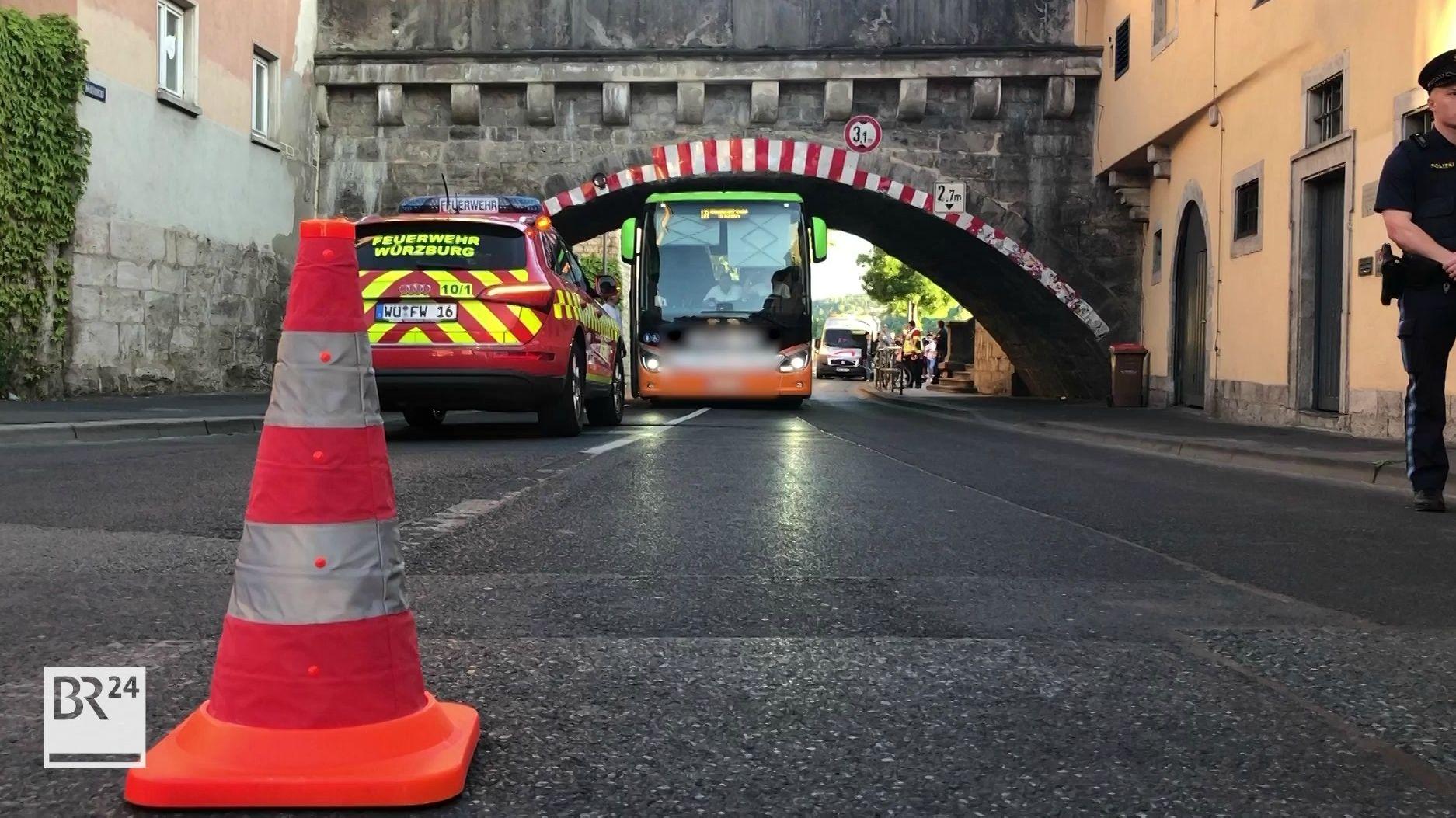 Bus bleibt an Brücke hängen