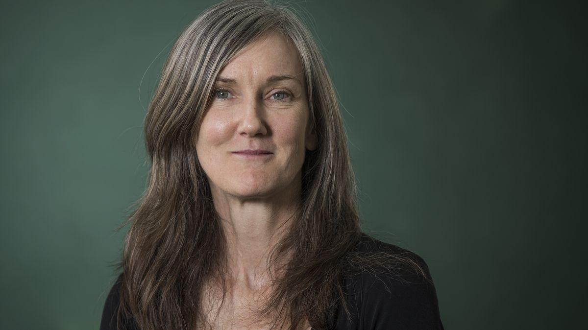 Nell Zink auf dem Edinburgh International Book Festival. Die Autorin im Porträt lächelt freundlich.