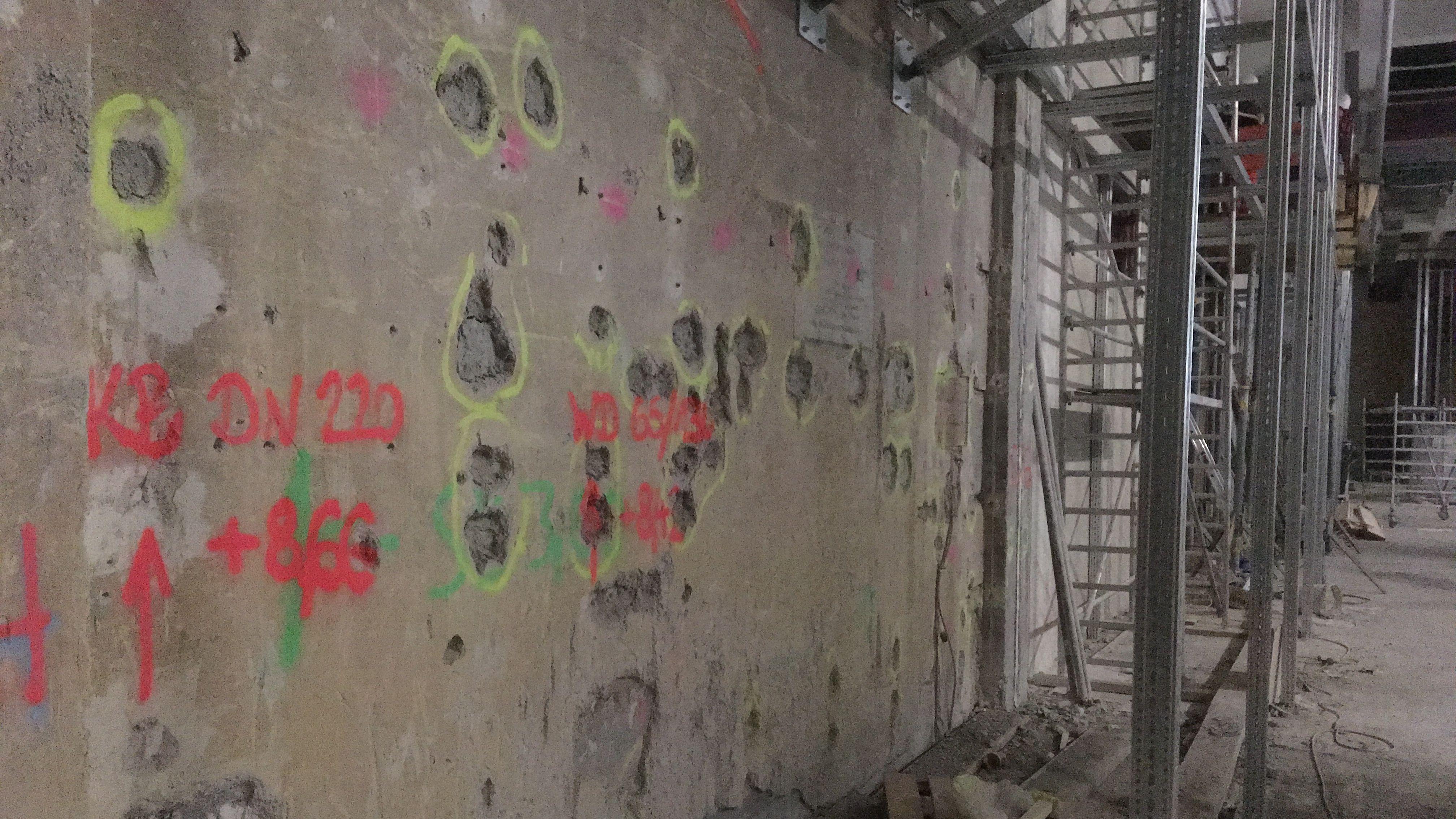 An zahlreichen Stellen hat sich nach Baubeginn gezeigt, dass der fast 100 Jahre alte Eisenbeton des Deutschen Museums marode ist. Ganze Wände und Decken mussten darum neu gegossen werden.