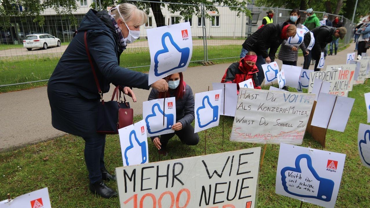 Warnstreik bei Voith: Je ein Schild steht für einen der rund 500 Mitarbeiter beim Maschinenbauer in Sonthofen.