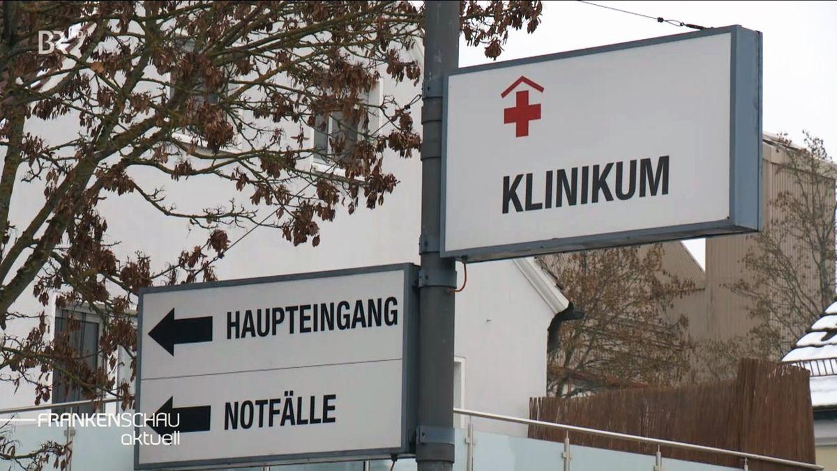 """Schilder mit Aufschrift """"Klinikum"""", """"Haupteingang"""" und""""Notaufnahme""""."""