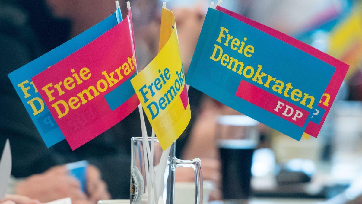 FDP-Fähnchen in einem Bierkrug