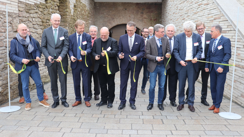 Wissenschaftsminister Bernd Sibler (CSU, 5. v.re.) sowie Vertreter aus Politik und Hochschulen beim symbolischen Band-Durchschnitt